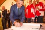 Pesic vor Unterschrift beim DBB