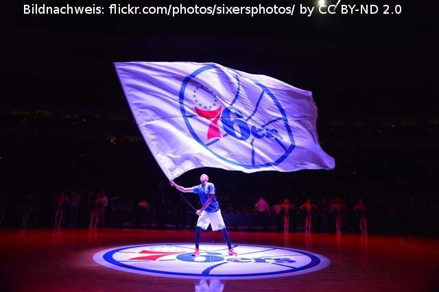 Philadelphia 76ers – Amir Johnson mit dem Smartphone auf der Bank