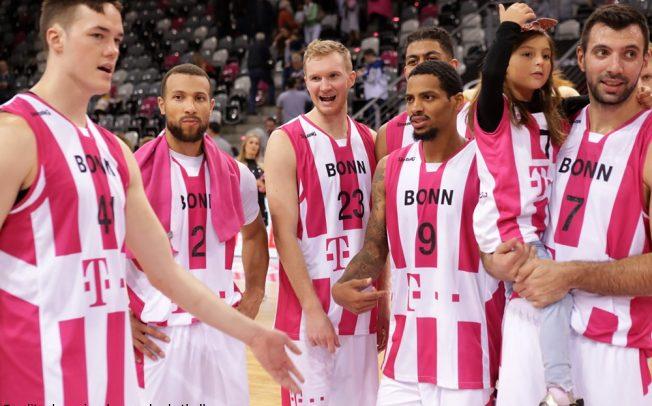 Telekom Baskets Bonn – Plätzchen backen und Kindern helfen